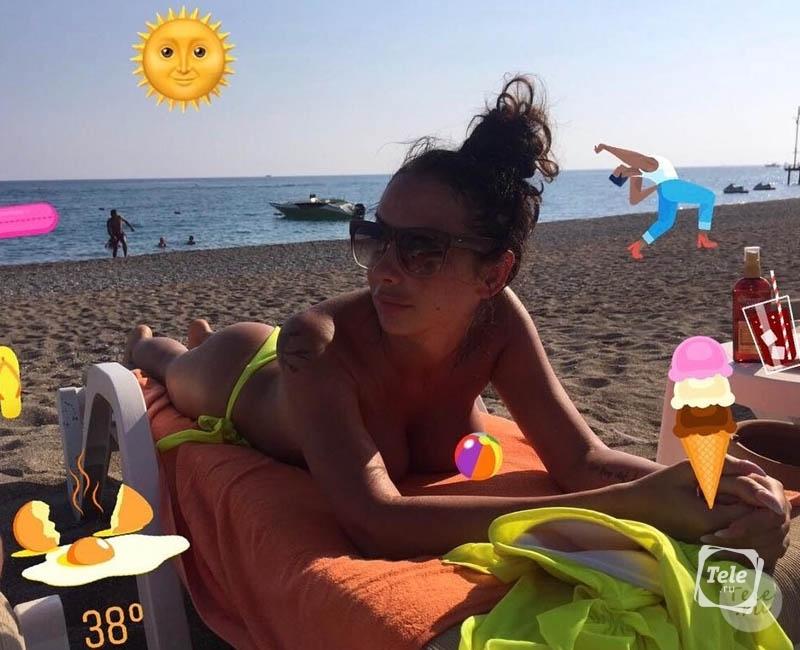 жена принимает солнечные ванны видео
